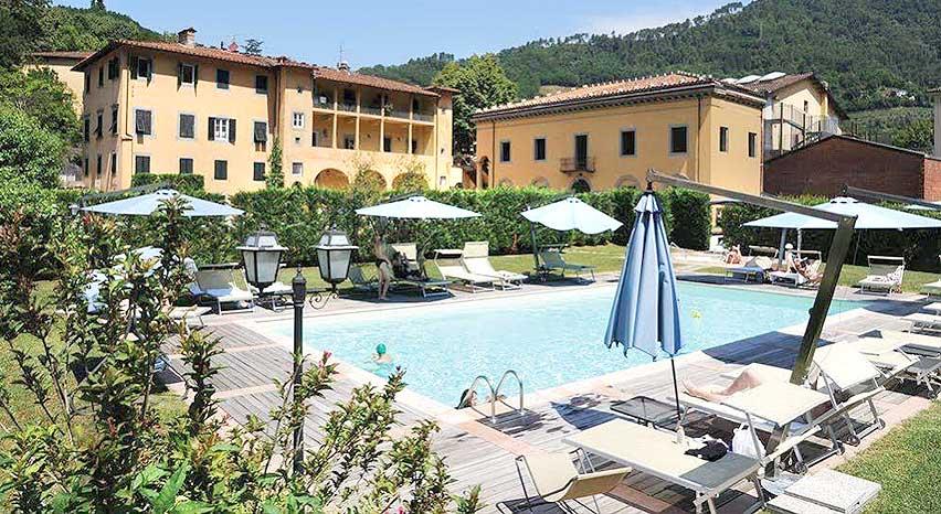 Complesso alberghiero con parco e piscina.
